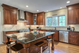 12 Hitching Post Ln, Weston, MA