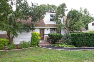 6 W Lakeland St, Bay Shore, NY