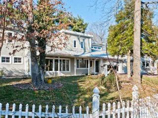 549 Woodbury Rd, Cold Spring Harbor, NY 11724