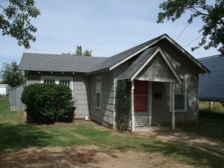 1415 Dunn Ave, Clinton, OK 73601