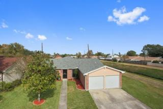 2580 Eastview Dr, Harvey, LA 70058