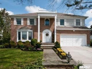 22 West Dr, Plandome, NY 11030