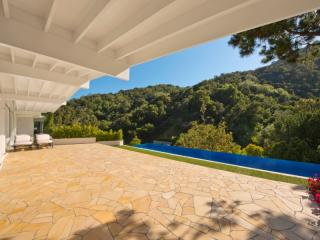 10040 Reevesbury Dr, Beverly Hills, CA 90210