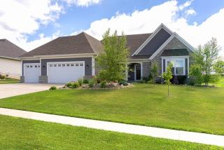 17 Country Club Court, Le Claire IA