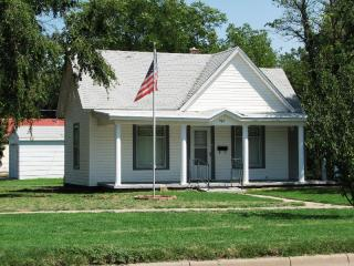 924 Broadway St, Larned, KS 67550