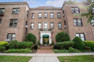 222 7th St #3K, Garden City, NY