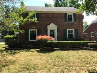 999 Roslyn Rd, Grosse Pointe Woods, MI