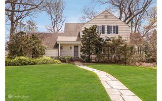 54 Thornwood Ln, Roslyn Heights, NY