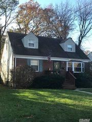 14 Manor Pl, Huntington Station, NY